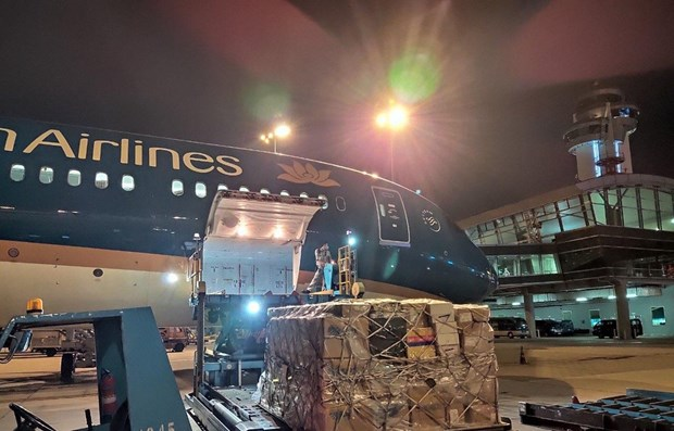 Vietnam Airlines carries anti-COVID-19 equipment to Hanoi for free hinh anh 1