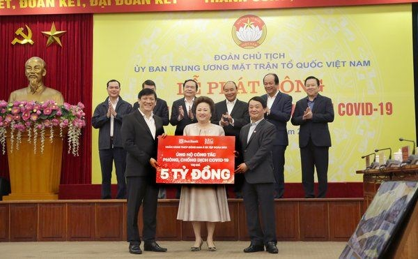 More than 400 bln VND raised for COVID-19 prevention work hinh anh 1