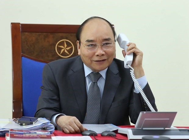 PM holds phone talks with Lao, Cambodian counterparts hinh anh 1