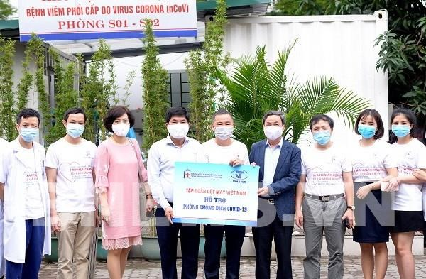 Garment firm donates hundreds of antibacterial shirts to Hanoi hospital hinh anh 1
