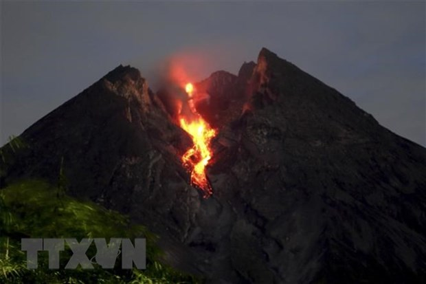 Most active volcano in Indonesia erupts again hinh anh 1