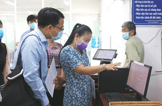 HCM City strengthens online services to keep public away from government offices hinh anh 1