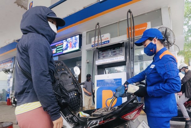 Petrol prices see sharp fall of up to 4,252 VND per litre hinh anh 1