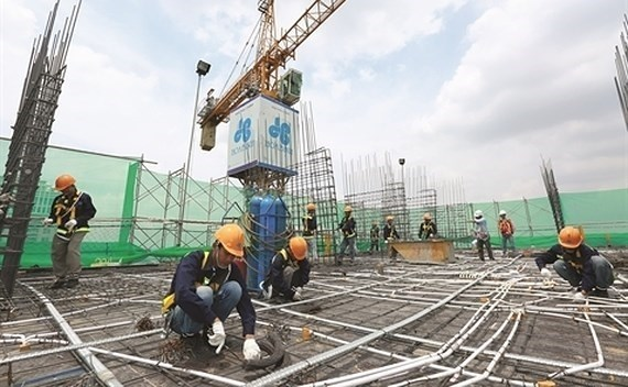 Construction firms face difficulties due to COVID-19 pandemic hinh anh 1