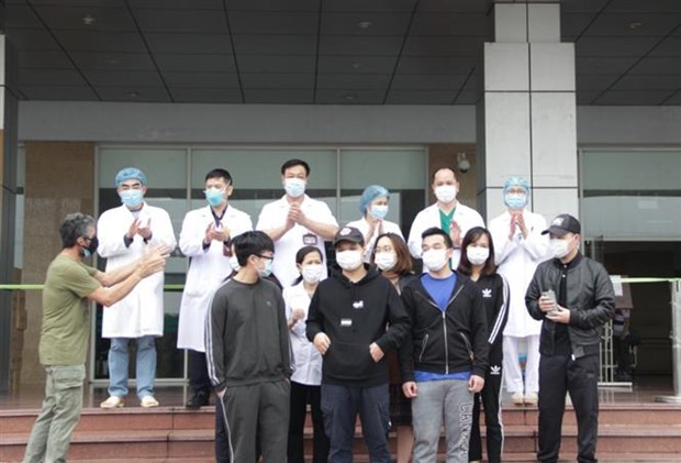 Eleven more COVID-19 patients given all-clear on April 2 hinh anh 1