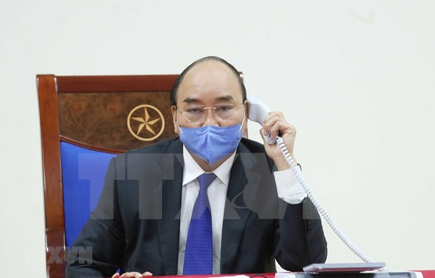 PM Nguyen Xuan Phuc discusses COVID-19 fight with Chinese counterpart hinh anh 1