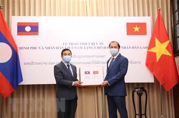 COVID-19: Vietnam presents medical equipment to Laos, Cambodia hinh anh 1
