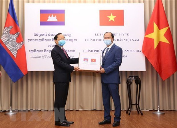 COVID-19: Vietnam presents medical equipment to Laos, Cambodia hinh anh 2