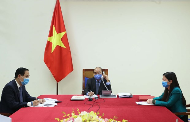 PM holds phone talks with Korean President on COVID-19 combat hinh anh 1