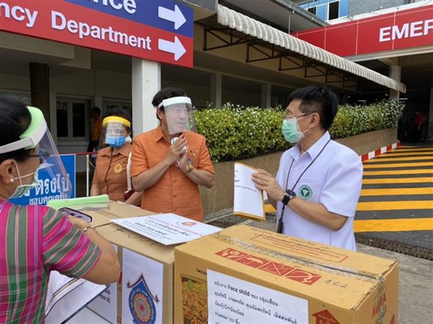 Ethnic Vietnamese present medical equipment to Thai province hinh anh 1