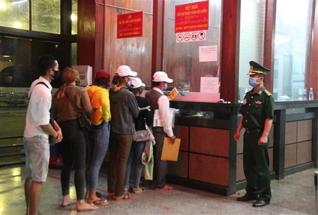 Vietnamese, Lao provinces enhance coordination in fighting COVID-19 hinh anh 1
