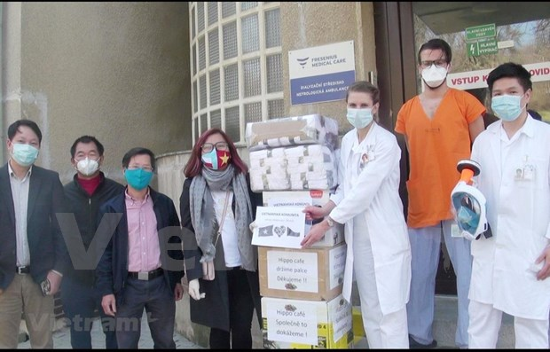 Vietnamese donate thousands of protective medical items to Czech hospitals hinh anh 1