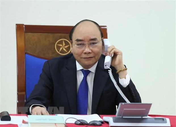 PM Nguyen Xuan Phuc talks on phone with Australian counterpart hinh anh 1