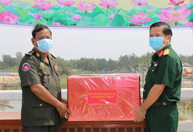 Dong Thap supports Cambodian province with medical equipment against COVID-19 hinh anh 1