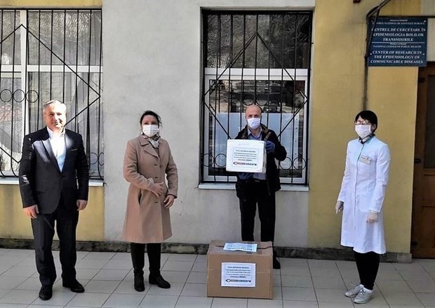 Vietnamese-owned company presents 600 COVID-19 test kits to Moldova hinh anh 1