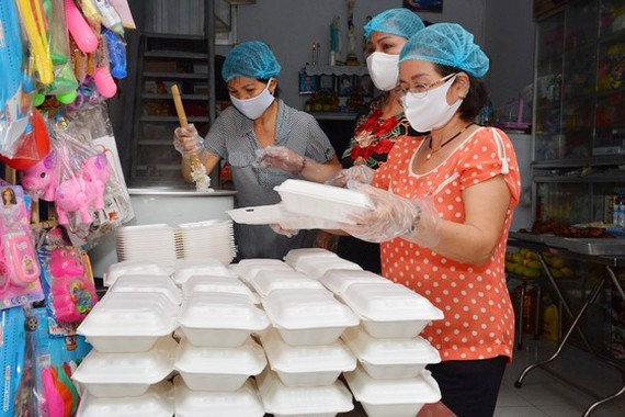 Over 300,000 USD raised to help needy against COVID-19 hinh anh 1