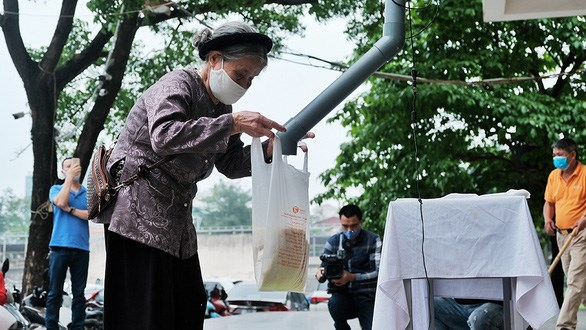 Hue, Da Nang cities set up free 'rice ATMs' hinh anh 1