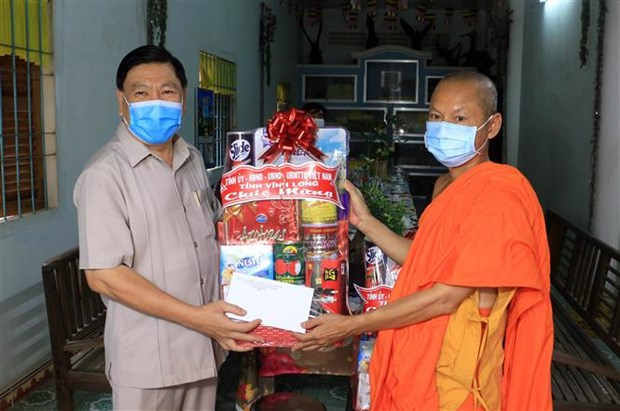 Vinh Long officials visit Khmer community to mark new year festival hinh anh 1