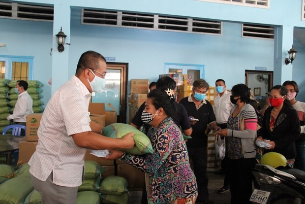COVID-19: Relief packs given to Cambodian-Vietnamese hinh anh 1