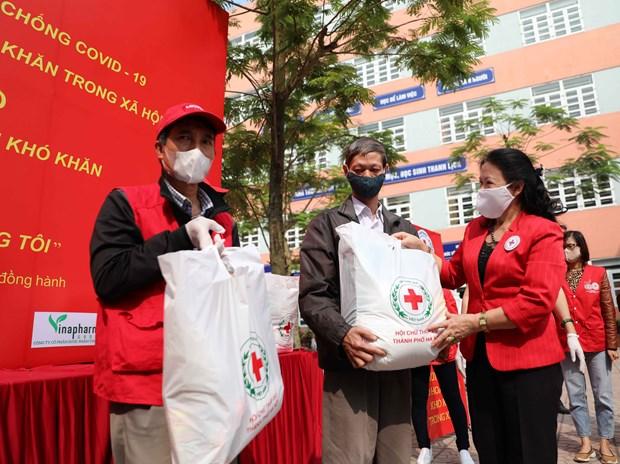 Six sites distributing free food helping Hanoi's poor hinh anh 1