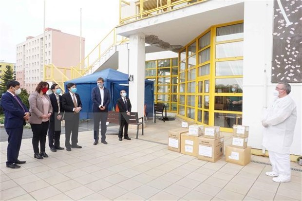 COVID-19: Vietnamese in Czech Republic present medical gear to local people hinh anh 1