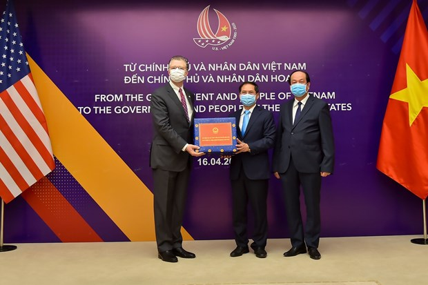 Vietnam presents antibacterial face masks to US hinh anh 1