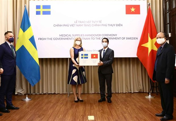 Vietnam presents medical supplies to Sweden hinh anh 1