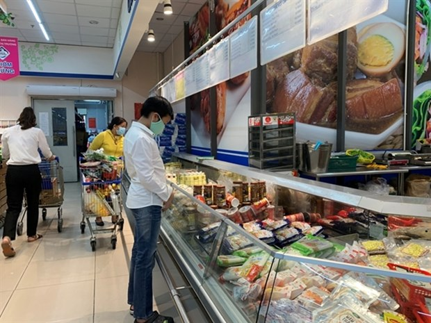 Retail industry faces difficulties during COVID-19 hinh anh 1