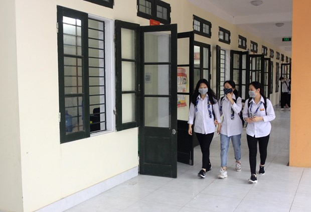 Students in low-risk localities returning to schools after closure hinh anh 1