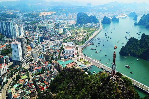Quang Ninh seeks to remove difficulties facing firms amid pandemic hinh anh 1