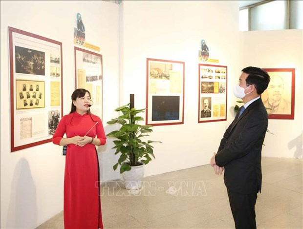 Hanoi officials pay tribute to Lenin on his birthday hinh anh 1