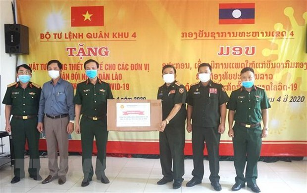 Military Region 4 High Command presents medical supplies to Lao armed forces hinh anh 1