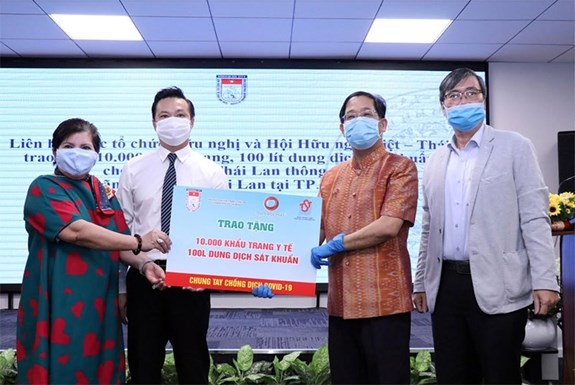 10,000 face masks donated to Thai Consulate General in HCM City hinh anh 1