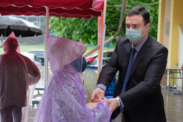 COVID-19: Israeli Embassy donates rice to Hanoi hinh anh 1
