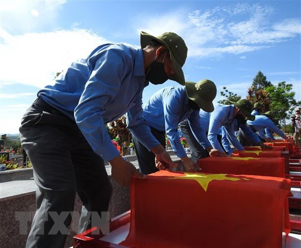 Remains of volunteer soldiers reburied in Dak Lak hinh anh 1