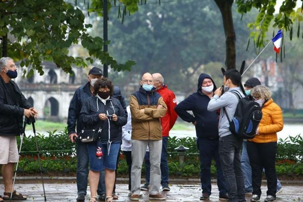 Foreign tourist arrivals down 37.8 percent in first four months hinh anh 1