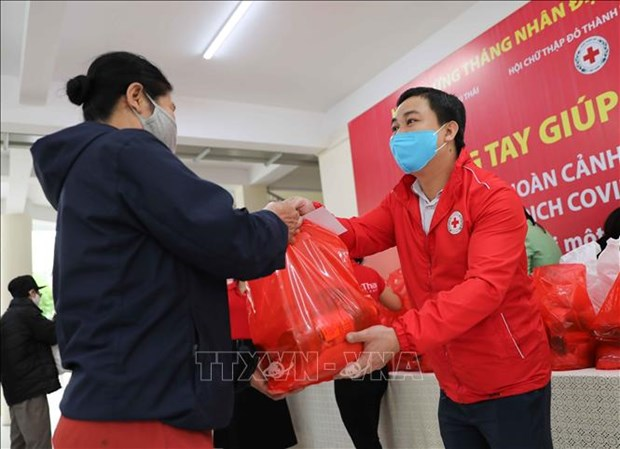 """Humanitarian market"" opens for people affected by COVID-19 hinh anh 1"