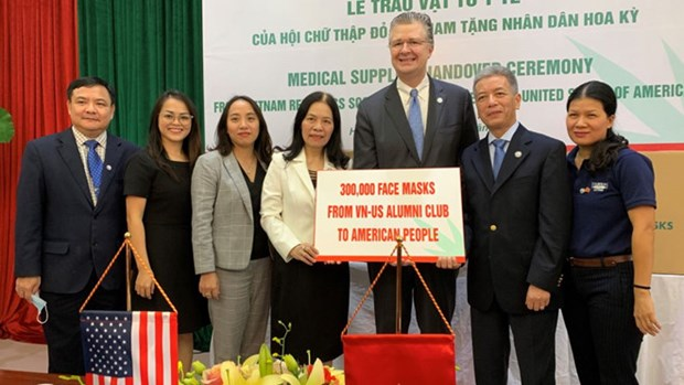 Vietnam Red Cross Society presents medical supplies to US people hinh anh 1