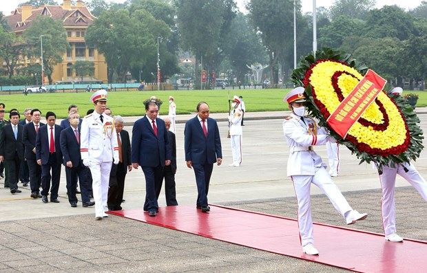 Leaders pay tribute to President Ho Chi Minh on national reunification day hinh anh 1