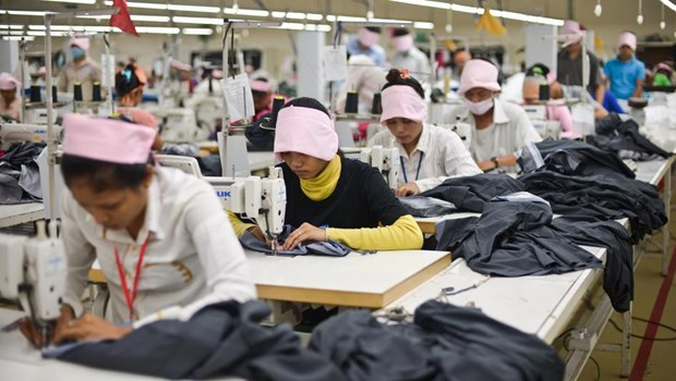 Cambodia's garment, footwear exports drop by half in Q2 due to COVID-19 hinh anh 1