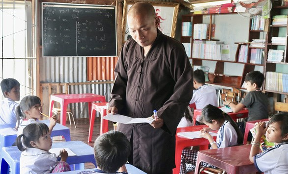 Floating classroom helps children in fishing village integrate into community hinh anh 1