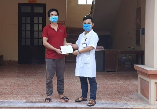 Two more COVID-19 patients recover hinh anh 1