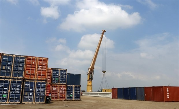 Vietnam's exports surge 4.7 percent in four months hinh anh 1