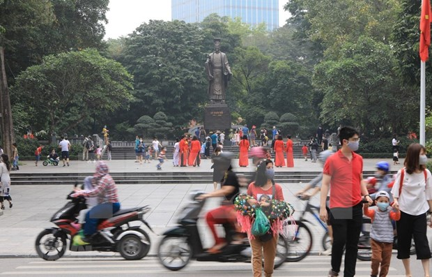 Hanoi: Tourist sites packed with visitors as social distancing order lifted hinh anh 1