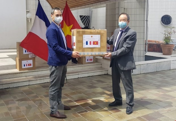 Vietnam donates face masks to associations in France hinh anh 1