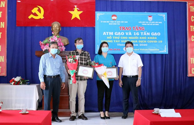 "HCM City friendship union installs ""rice ATM"" in Binh Tan hinh anh 1"