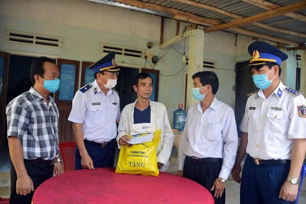 Vietnam Coast Guard supports needy fishermen hinh anh 1