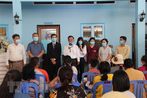 Vietnamese nationals in Cambodia receive gifts amidst COVID-19 hinh anh 1