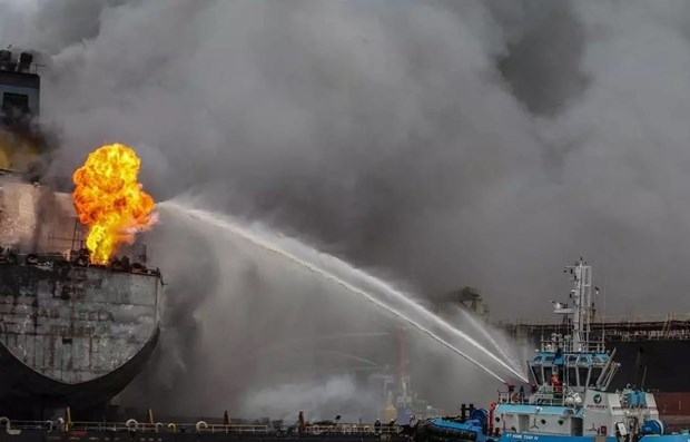 Fire breaks out on oil tanker at Indonesian port hinh anh 1