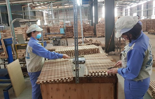 Wood processing firms survive amid COVID-19 hinh anh 1